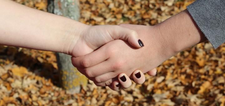 2 sich festhaltende Hände