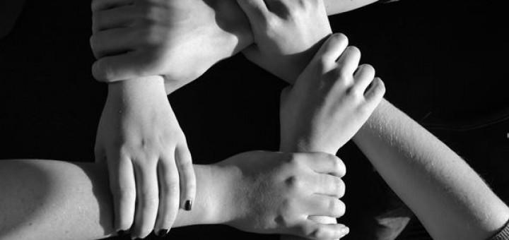 sich festhaltende Hände symbolisieren Unterstützung