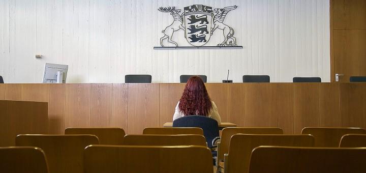 Mädchen in einem Gerichtssaal